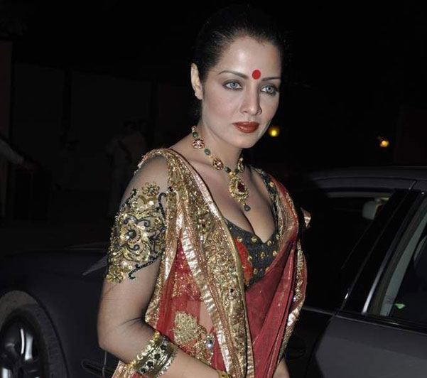 Celina Jaitley in Bengali Style Saree showing upper Assets