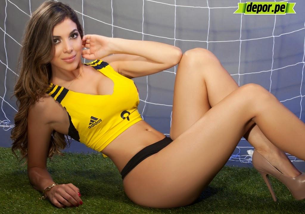 A modelo colombiana Mónica Rincón com uniforme da Seleção Colombiana de Futebol