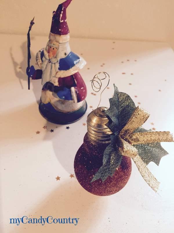 Riciclare lampadine e con smalto delle unghie creare addobbi per lalbero...