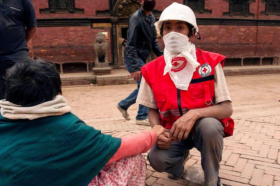 Cruz Roja Española con víctima de Nepal