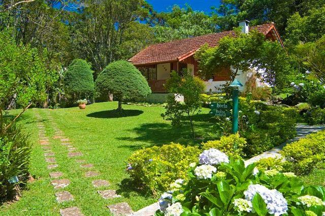 remete a uma vila alpina, com vistas espetaculares e lindos jardins