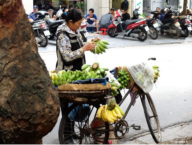 marchande vendeuse ambulante vélo bananes fruits Hanoi Vietnam