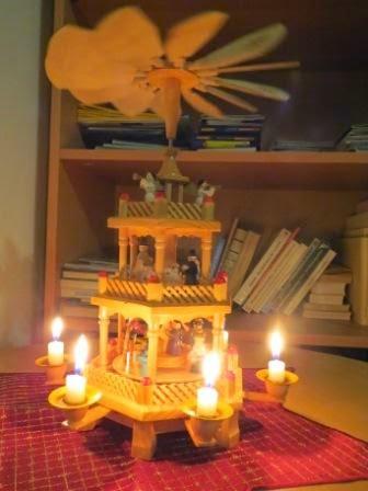 Weihnachtspyramide mit brennenden Kerzen, zweistöckig