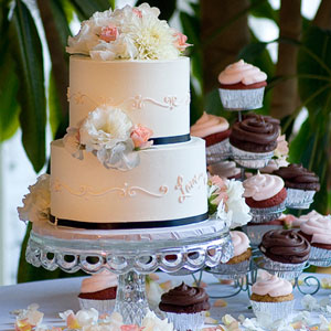 Square wedding cake with fresh flowers for Simple wedding cake flowers