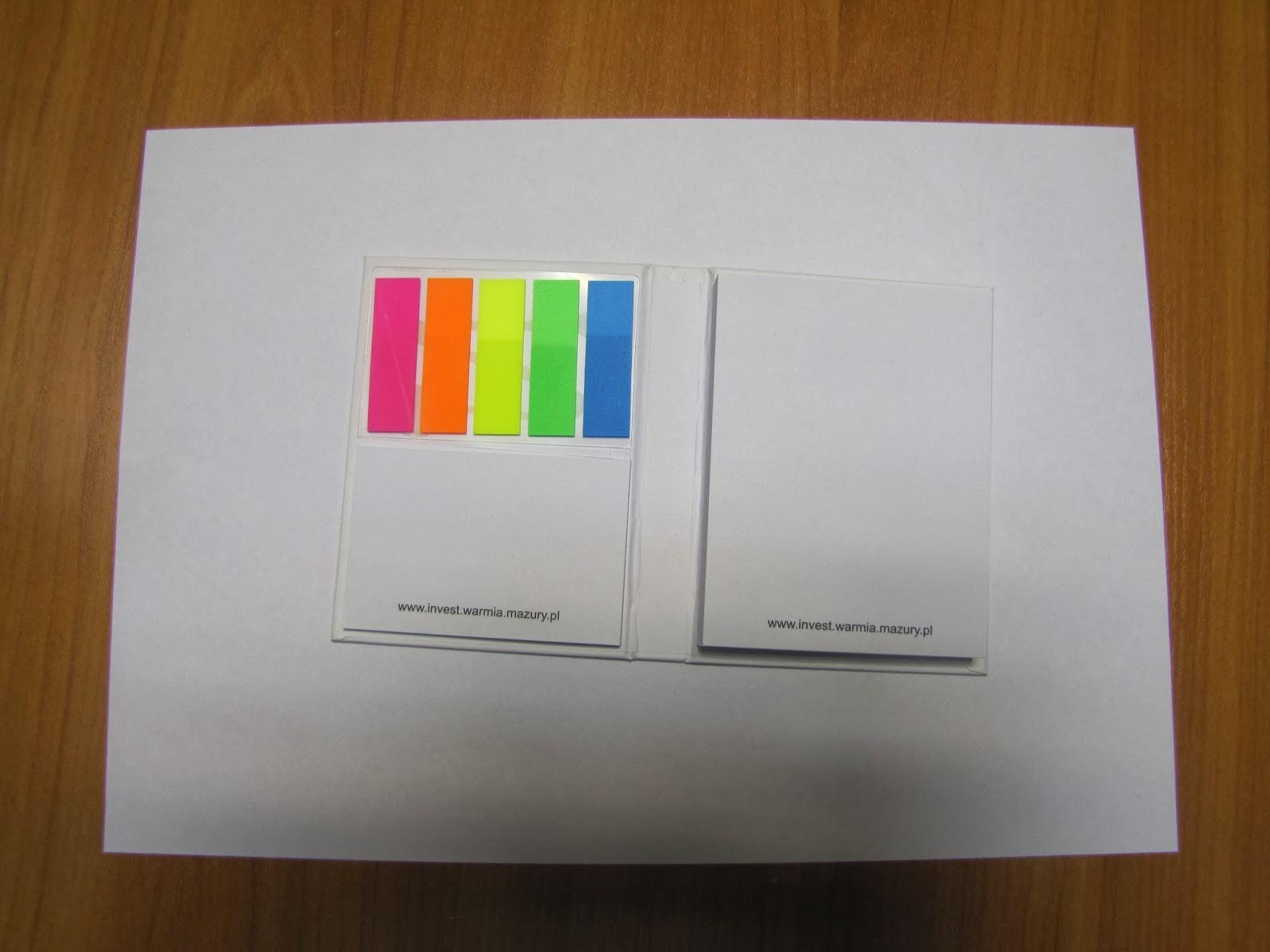 Gadżety mola książkowego: samoprzylepne karteczki i ołówek
