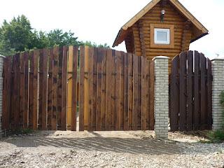Деревянный забор с кирпичными столбами. Фото 15
