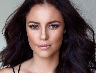 A atriz foi clicada pelo maquiador, Ale de Souza, que compartilhou a imagem na rede, mostrando a atriz toda produzida. Assim como nos comentários da publicação, Paolla recebeu elogios