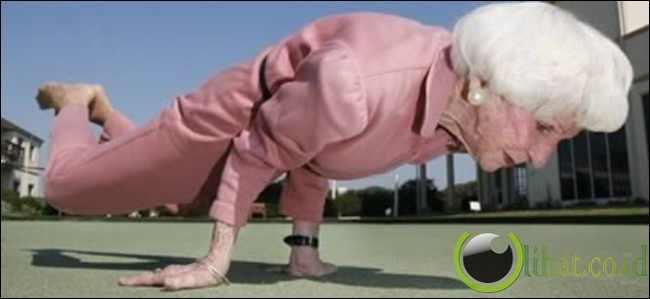 Nenek Instruktur Yoga
