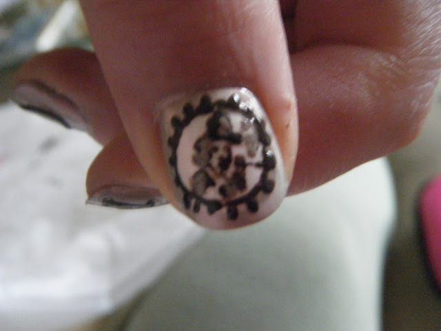 Nailart of Moll Cutpurse in beige and black