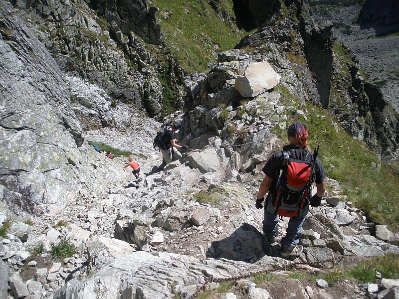 Końcowy odcinek zejścia do najniższego punktu Orlej Perci. W dole widać już żleb opadający z Buczynowej Przełęczy.