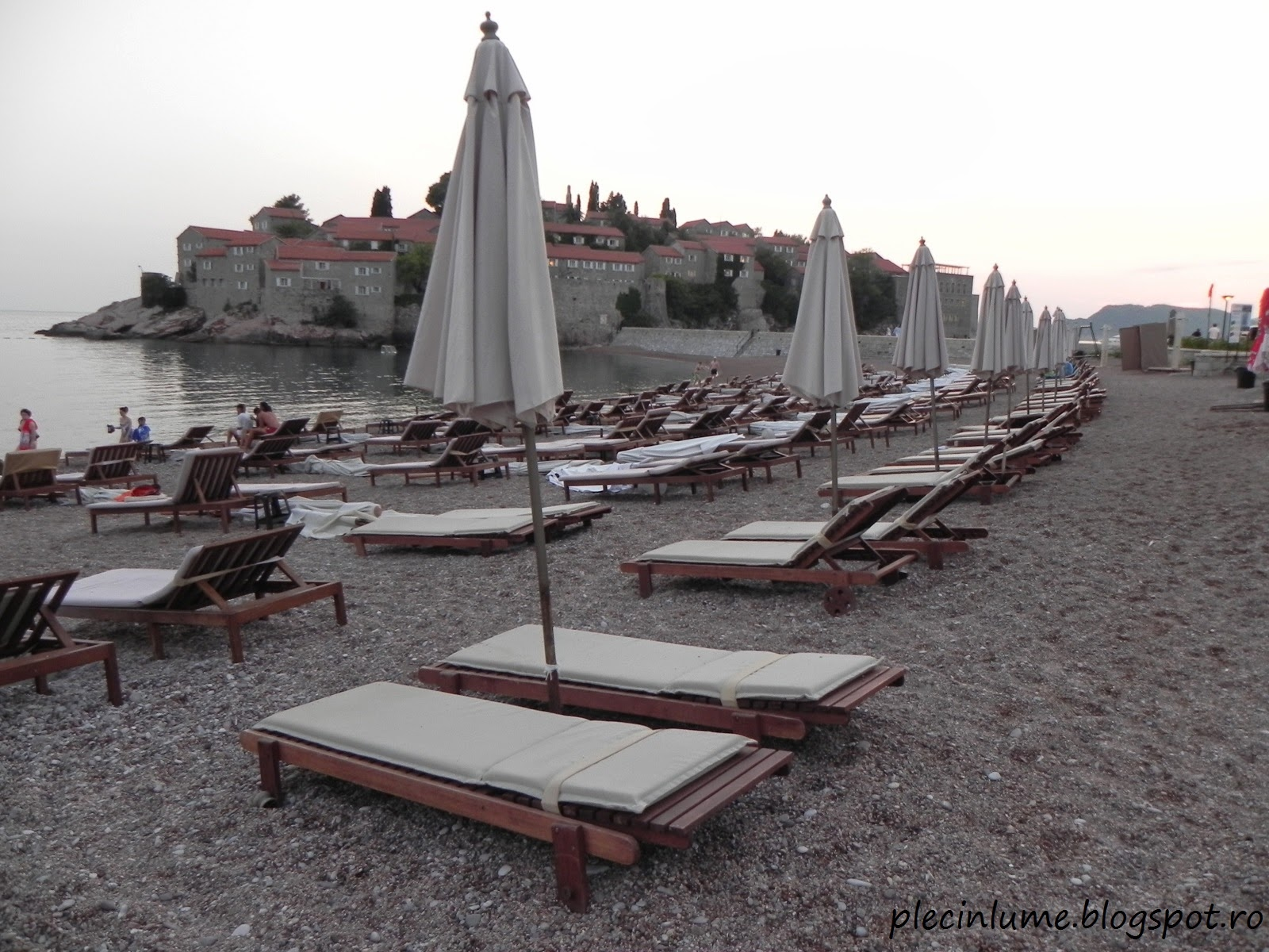 La plaja in Sveti Stefan