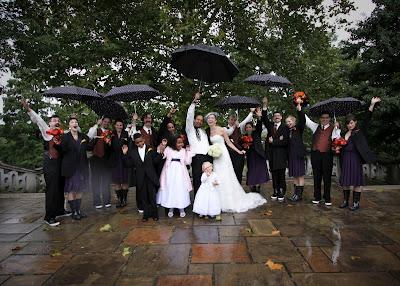 Свадебное фото: отражаясь в каплях дождя