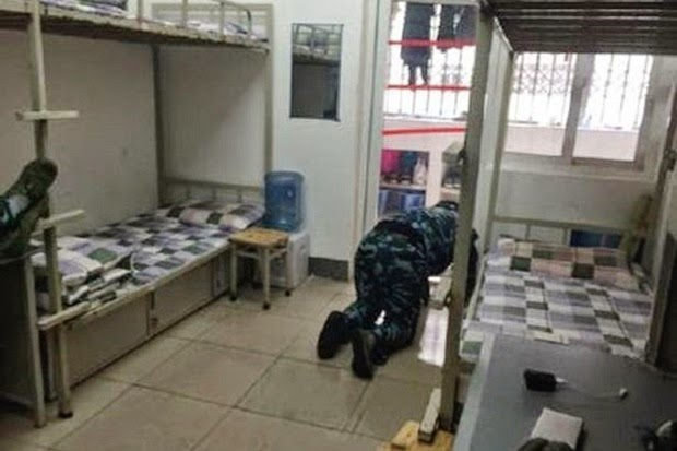 Kadet Militer China Bersihkan Toilet dengan Lidahnya