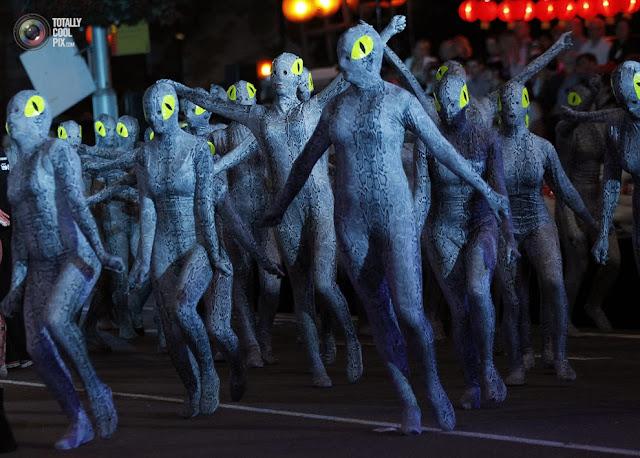 Люди в костюмах змей принимают участие в праздновании китайского Нового года в Сиднее, Австралия. (Daniel Munoz/REUTERS)