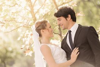 Alejo Sauras y Kimberly Tell, boda de Santi y Rose en Algo que celebrar, serie de Antena 3