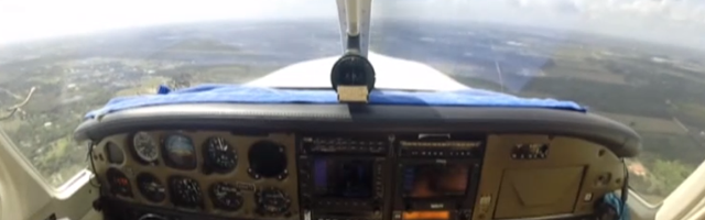 Vê o Momento em Que um Pássaro Parte o Pára-Brisas de um Avião