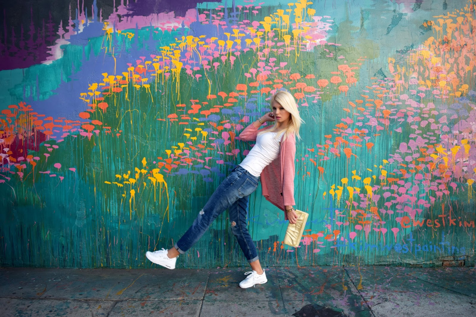 Nike air max thea, Nike, sneaker, boyfriend jeans, gold clutch, pink, pink cardigan