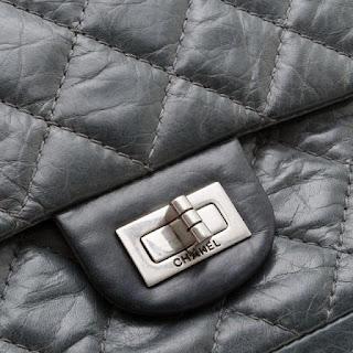 a20c60ce700 2.55 kabelka má tiež vrecko na zips na vnútornej strane preklopného krídla.  Coco použil toto miesto ako tajnú schránku na jej milostné listy (ktoré