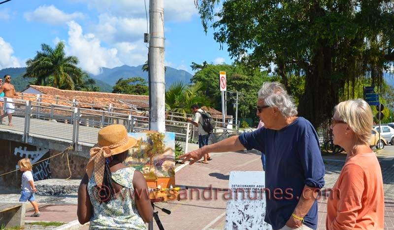Sandra Nunes pintando ao ar livre em Paraty
