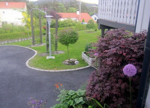 Ved inngang mot hagen på framsiden