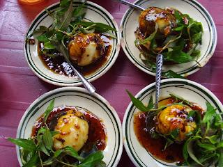 Ăn Trứng Vịt Lộn Việt Nam Làm Tây Nhăn Nhó
