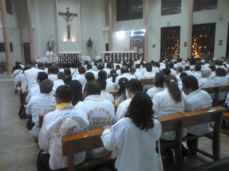 Ministrando la Comunión en la misa celebrada por el papa Francisco