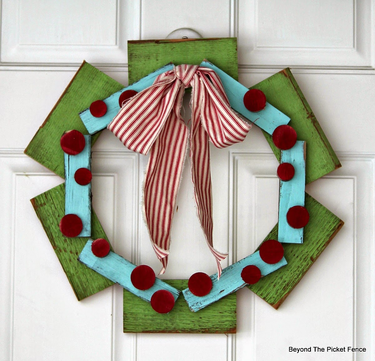 12 days of Christmas Scrap Wood Wreath http://bec4-beyondthepicketfence.blogspot.com/2014/11/12-days-of-christmas-day-3-scrap-wood_10.html