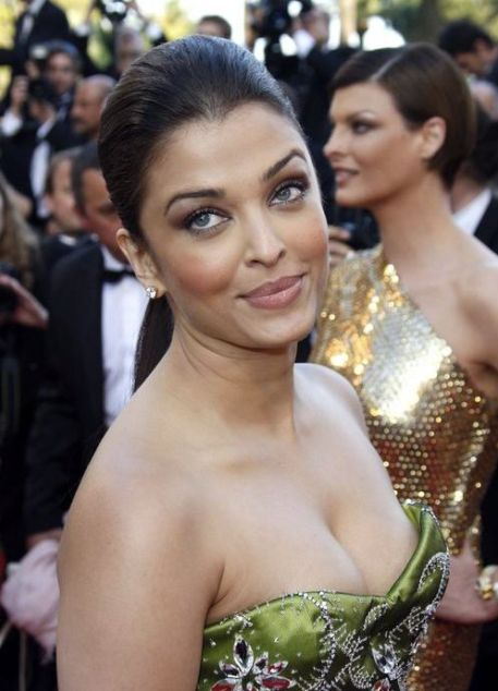 Aishwarya Rai Hottest Pictures, Aish Sexy Cleavage Show Photos