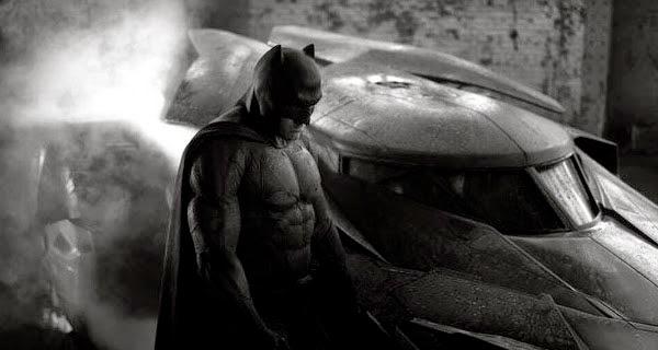 Ben Affleck como Batman al lado del Batmóvil