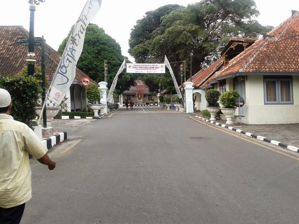 Pintu gerbang dan jalan menuju masjid dari jalan Malioboro