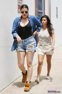 Kourtney and Khloe Kardashian Having Lunch 4.jpg