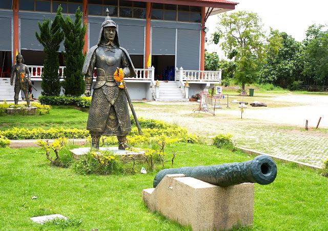 Soldat et canon thai au Wat Bang Kung