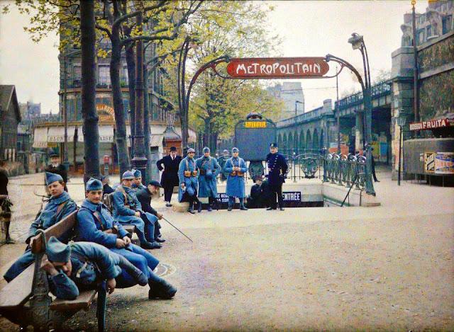 La station de métro Auteuil, sur le boulevard Exelmans, gardée à l'occasion du 1er mai. 1920