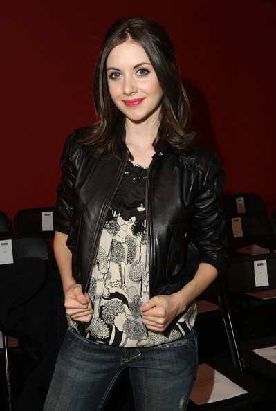 Alison Brie Fashionable Hairstyles 05