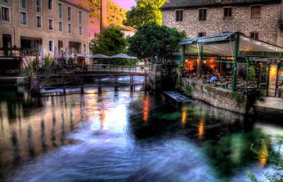 Echappée en soirée à la Fontaine de Vaucluse à partir de la maison en location à Gordes - Copyright Karim Saari
