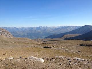 Hochplateau am Kistenpass; im Hintergrund die Bündner Alpen