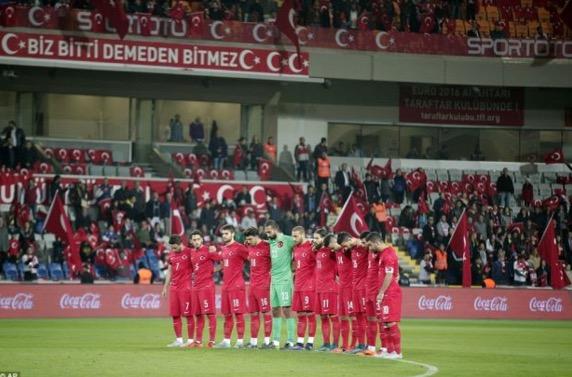 Penyokong Turki 'Boo' Pemain Kerana Bertafakur Untuk Paris