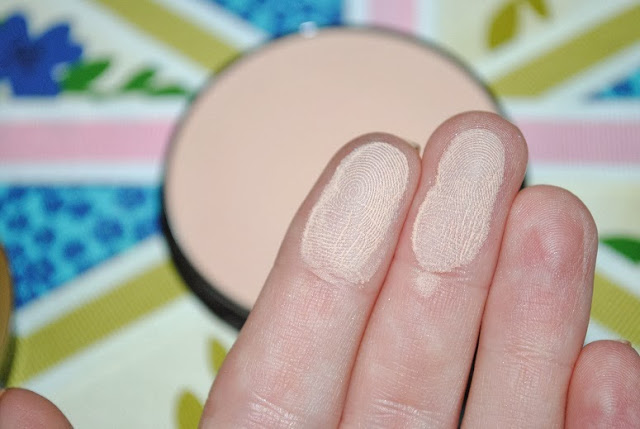 max-factor-creme-puff-natural-swatch