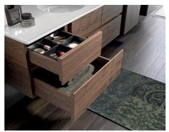 Шкаф с выдвижными ящиками под раковиной максимально вместительный.