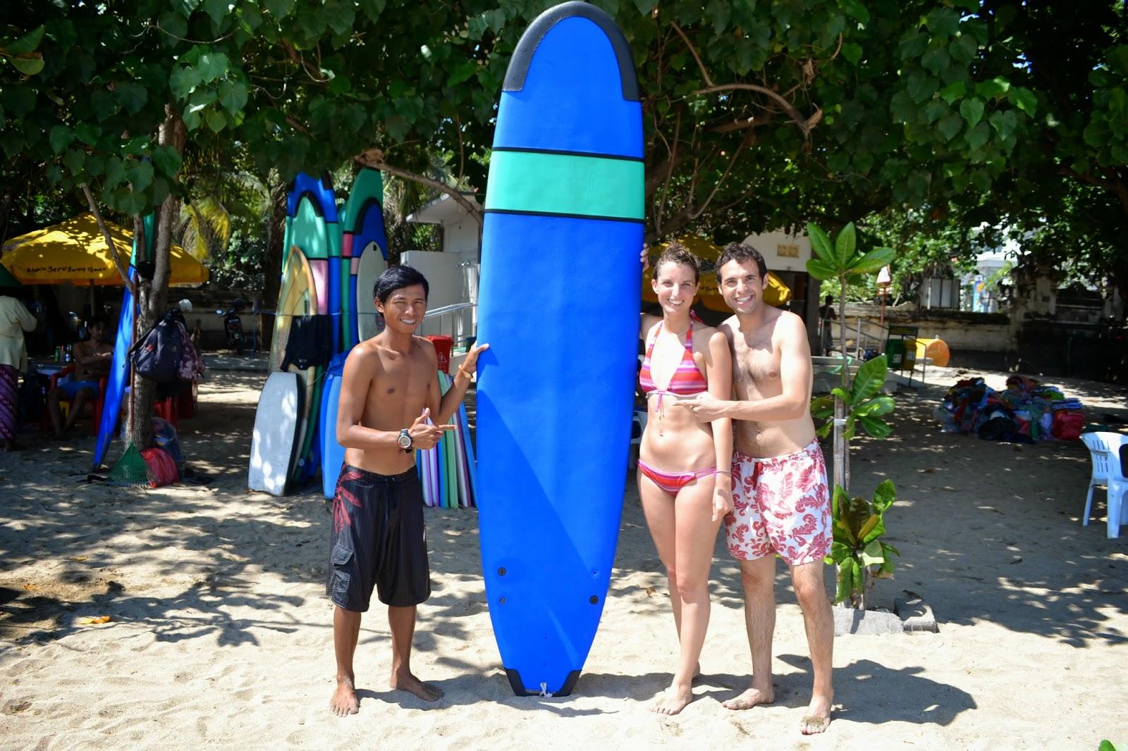 surf en playa de Kuta, Bali, Indonesia