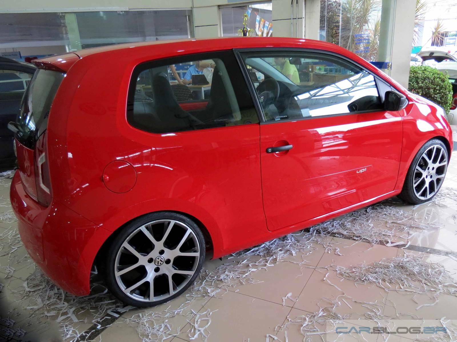 Volkswagen up com rodas de 17 e rebaixado