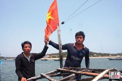 Ca bin tàu bị Hải giám TQ bắn cháy nhưng quyết không để cháy cờ Tổ quốc.