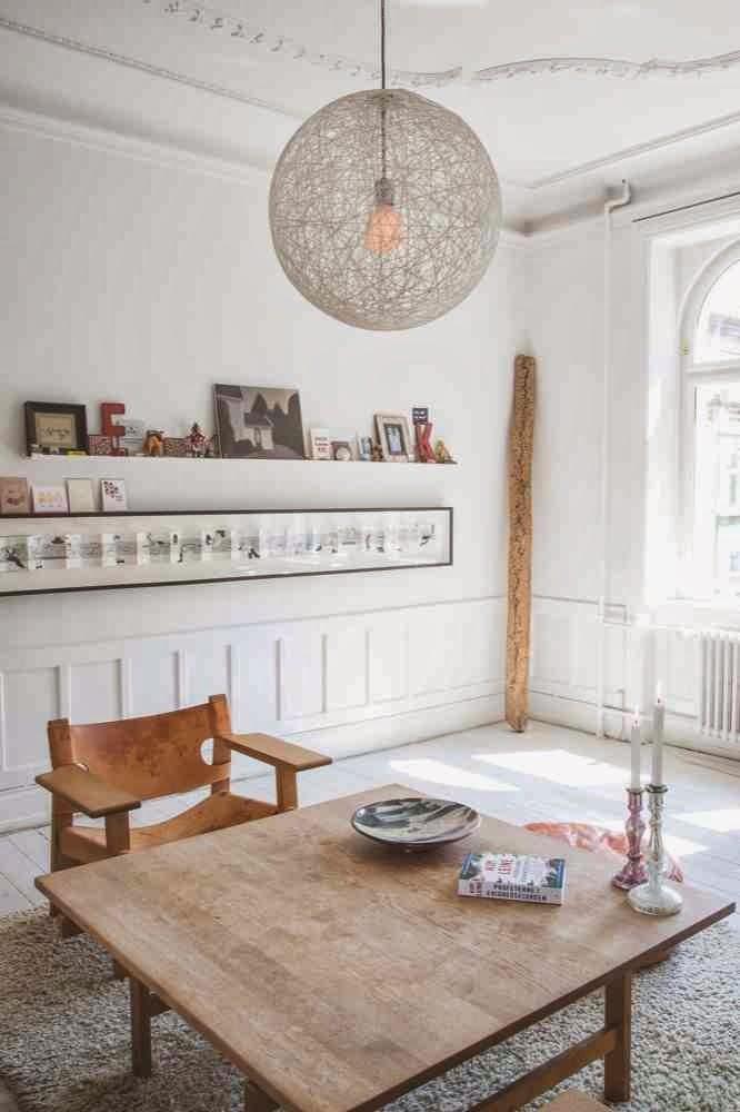 Eklektyzm we wnętzrach, dekoracje na otwartych półkach, drewniane krzesła z oparciami, białe wnętrze