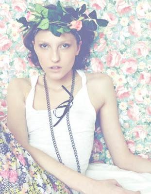 hippi virágkoszorú hajba