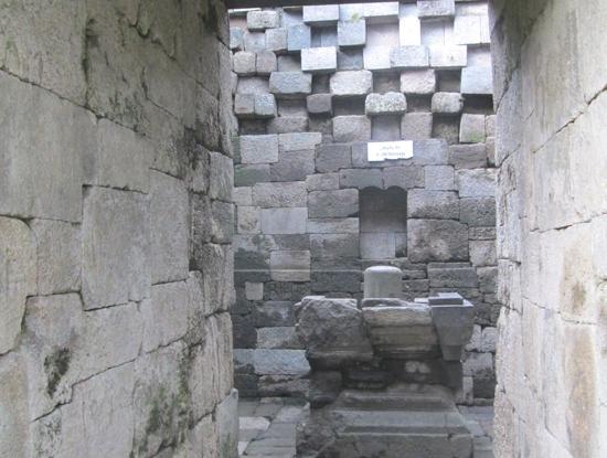 Di dalam Candi Badut, terdapat Yoni dan Lingga.