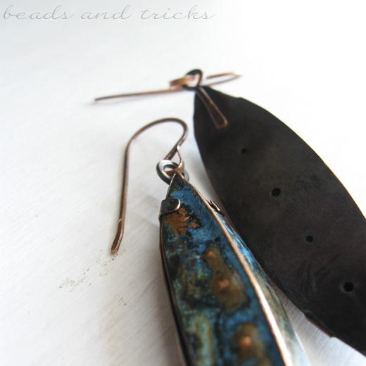 Orecchini rame e patina blu: retro del castone