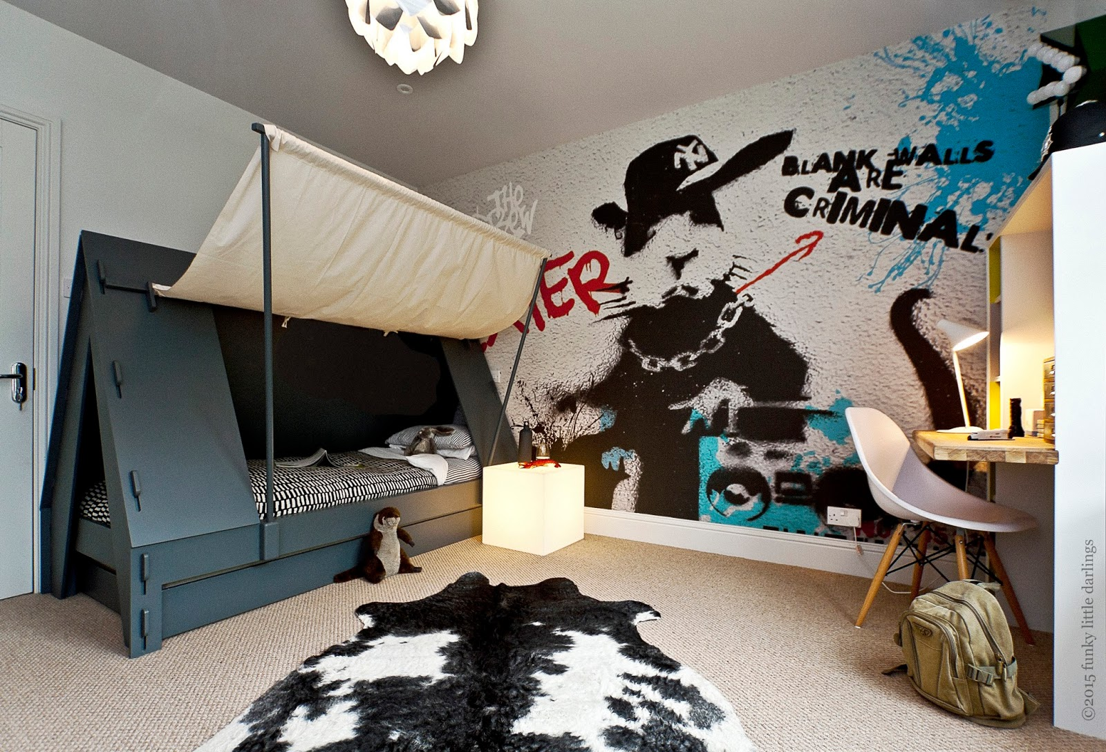 Boys room tent bed and graffiti wallpaper for cool boy s for Funky boys bedroom ideas