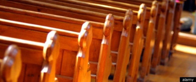 Adolescentes deixam a igreja
