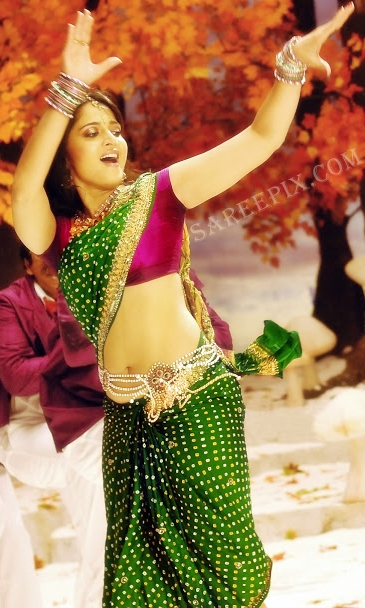 Anushka_shetty_dancing_bandhani_saree
