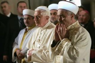 Benarkah Paus Benediktus XVI Menjadi Mualaf Setelah Mengunjungi Masjid Biru Turki?